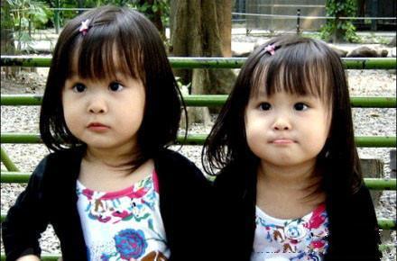 """放学回家,一对双胞胎姐妹兴奋地告诉爸爸:""""老爸,今天我们全班同学要选一位最帅的爸爸,结果你当选了。"""" 爸爸很高兴,问怎么会当选的。 双胞胎姐妹说:""""同学们都投自己老爸的票,我们有两票,所以你当选了!"""""""