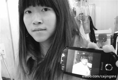 """【手机丢了四年,竟从网上""""淘""""回来了】日前,在芜湖做生意的宋先生从网上给妻子王女士买了一部二手手机。让他又惊又喜的是,网上买回的手机居然是自己四年前在北京丢掉的手机。虽然外观已翻新,但当年拍摄的图片仍保存其中(图:相比4年前,宋先生的小姨子瘦了20多斤)"""
