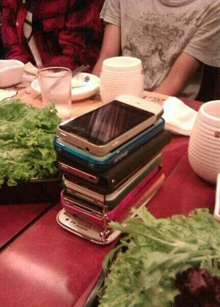 以后聚会吃饭一定要这样!谁先碰手机就买单~