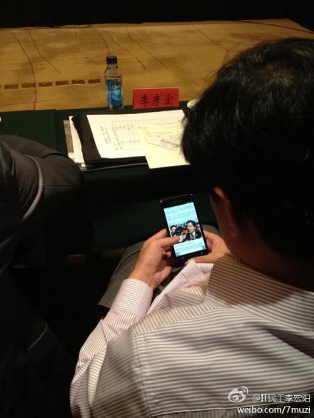 李彦宏在两会会场上偷偷百度关于自己的新闻报道