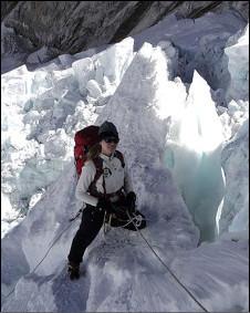 """看到新闻,""""女子一周内两次攀登珠穆朗玛峰""""。   以后再也不敢把包落山顶了吧。"""