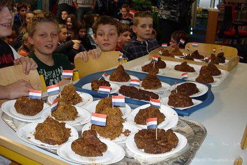 看见荷兰小朋友的午饭,哥被吓到了。