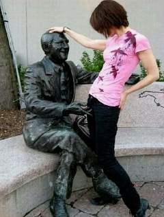 邪恶的雕像与不着调的女人