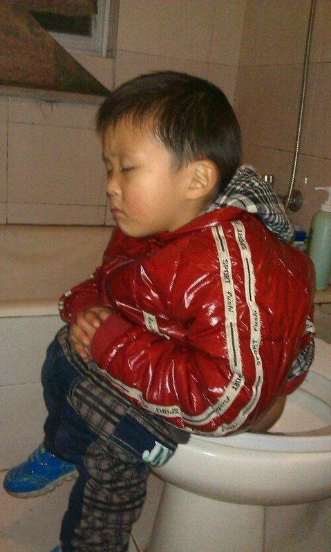 儿子上厕所让他好了叫我,结果睡着了!