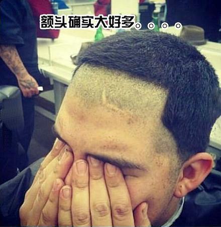 今天去理发,理发师说我额头窄,还一直说如果再大一点多帅多帅,我这人就是心肠软,见不得别人夸,于是就听了理发师的话,结果。。。结果我的发型就变成了这个样子。。