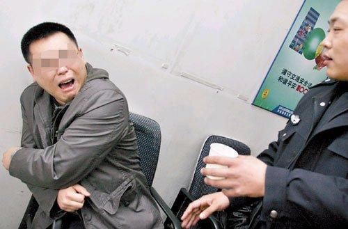 """王先生到医院进行体检,在走廓里看见李先生正在伤心哭泣,便问道:""""你为何哭泣?""""答日:""""他们给我做血液检查,用小刀刺我的手指,所以我哭。 """"王先生听后当即大哭,李先生奇怪地问道:""""你哭什么?""""王先生答道:""""你不知道,我要做的是尿液检查。"""""""