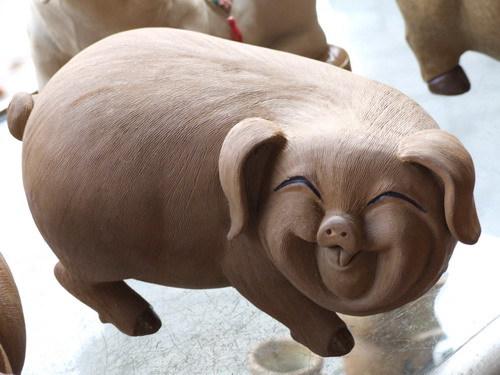 船漏水了,动物们决定讲笑话,只要有人没笑,讲的那位就跳下去。狮子刚讲完,全场笑翻了,只有猪愁眉苦脸的。于是狮子跳下去了。   轮到大象了,大象还没开口,猪就笑个不停。众人不解。于   是就问猪。猪说:狮子刚讲的那个笑话真好笑啊,哈哈哈哈~~~~