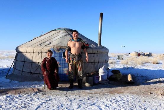 大学里有个可爱的蒙古族兄弟,开学第一条晚上,抱着电话跟他妈妈诉苦,吐槽学校的伙食,开头一句话整个寝室都石化了:额吉,汉人太坏了,居然让我吃草....吃草。在他看来,菜就是草!