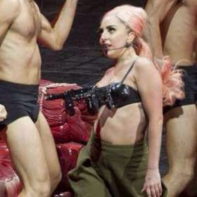 Lady Gaga的新装,不知灵感是不是来自美国的枪械管制。