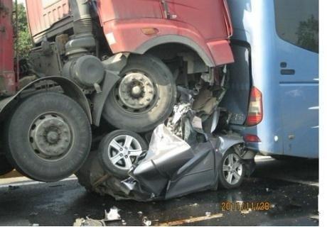 这是我所见过最惨的车祸之一,记住,开车千万别跟在大车后面或并排,尽量离得远远的,超车要果断,切记犹豫。