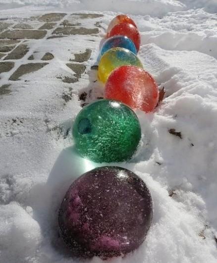 天冷可以这么玩:加了颜料的水灌进气球里,冻好后割开气球就是彩色的冰球啦,中间挖个洞点上蜡烛还可以做冰灯~