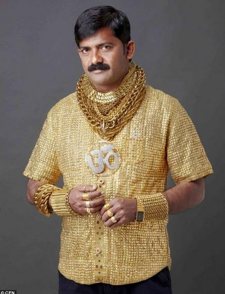 印度男子14万打造纯金衬衫求偶!