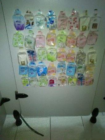 关上厕所门的瞬间。。。尼玛的。。。我才发现闲人真多。。。