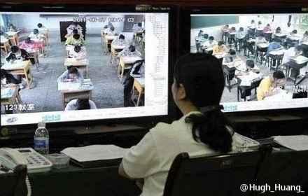 学生在做,老师在看。