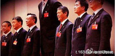姚明当上上海体育总会副主席了,新班子照相。杯具了!(图片来自网易)