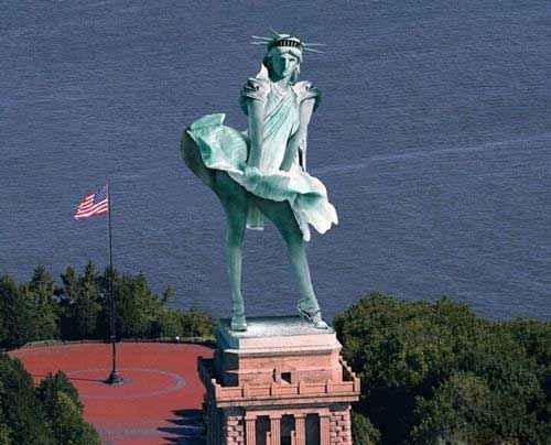 看看自由女神,你就知道纽约飓风有多凶。