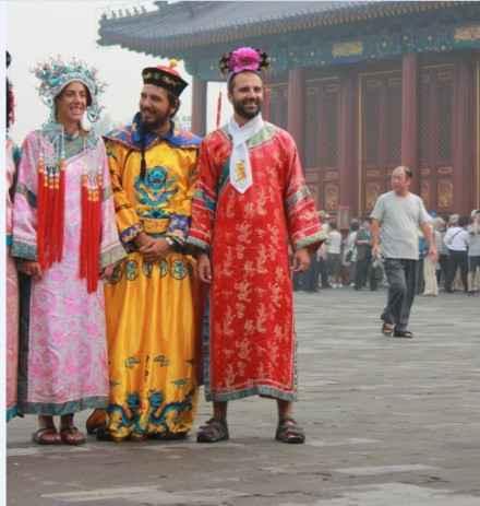 皇上,你还记的大明湖畔的蓉麼麼吗?一群老外争相穿着龙袍格格服在天坛前合影!穿着格格的衣服好喜感啊~