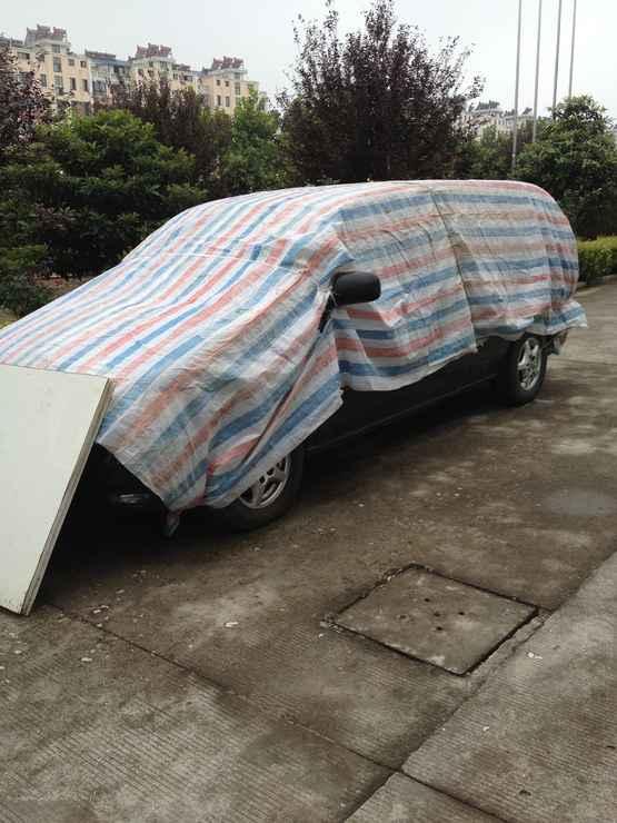 昨晚下大雨,汽车今天早上变碉堡了!