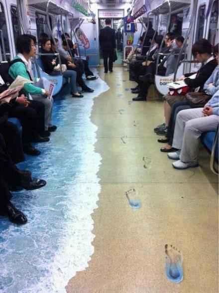 为了给市民带来夏天的凉意,某地地铁将地板画成了这样~~
