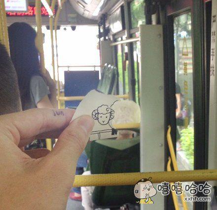 奶奶,公交车有规定不能带宠物上车的,快藏好