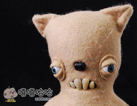 英国艺术家设计的毛绒玩具,加上人的眼和嘴之后,显得好惊悚。。。