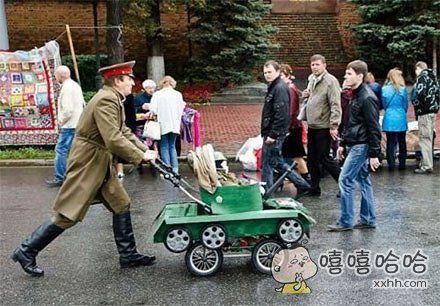 军人真是不一般,连婴儿车都这么与众不同