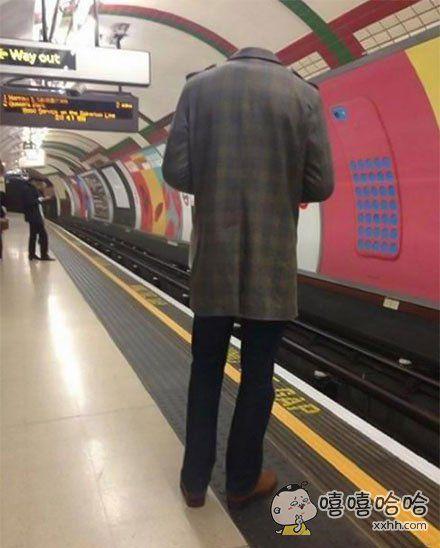 """天了噜!地铁站惊现""""无头人"""""""