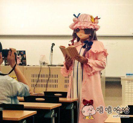 日本庆应义塾大学网友爆料,这是他们班导杉浦教授的课堂画风……