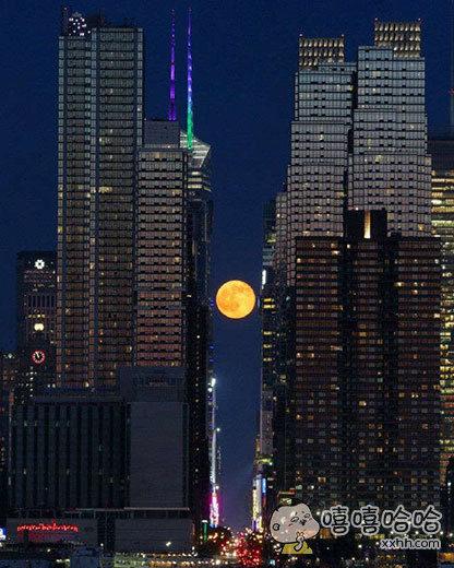 纽约市两座大厦之间与全月状态下的月亮