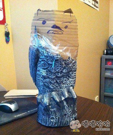 儿子机智的修补了自己打破的猫头鹰雕像,然后假装什么都没发生
