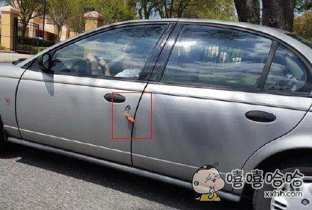 司机坐在车里想:该死,今天出门忘记带车钥匙了