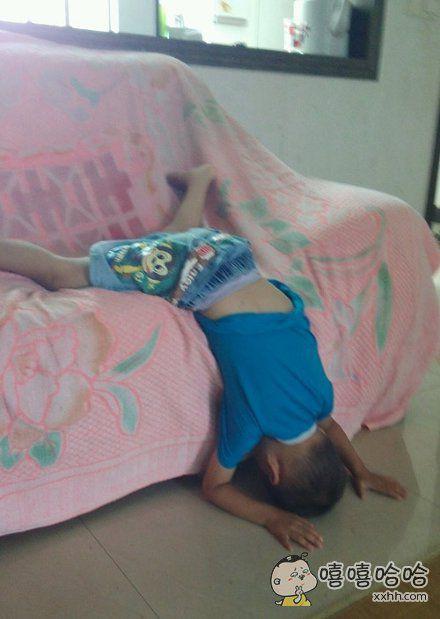 孩子睡觉的方式有点特别