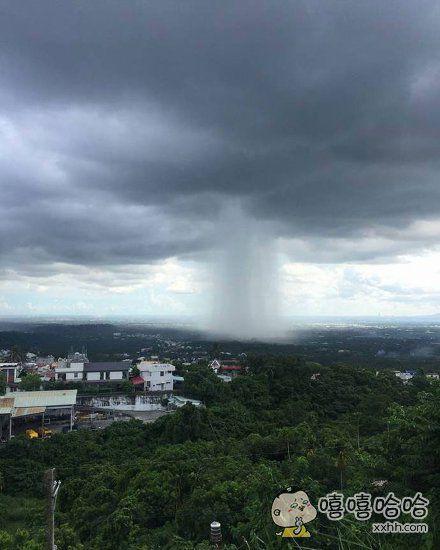 台湾网友拍到的一场雨,感觉很神奇的样子