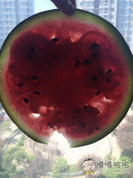 我妈买了半个西瓜,我说妈你给我削一片我尝尝甜不甜,然后我妈就给我削了一片
