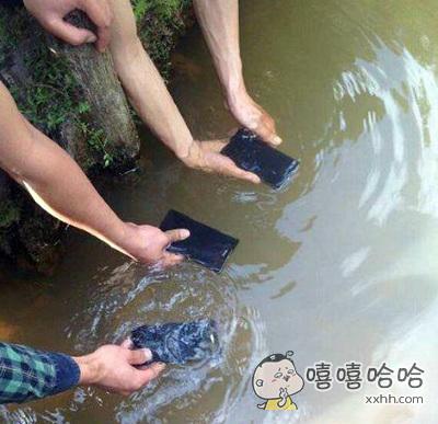 据说手机放到水里照样有信号,于是就有人想试一试,结果。。。