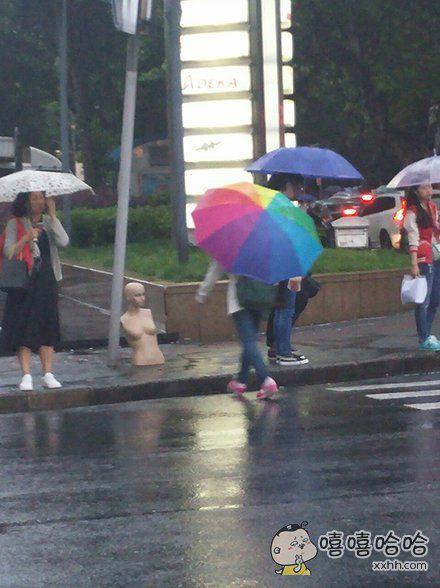一个赤身淋雨的女人,却无人问津