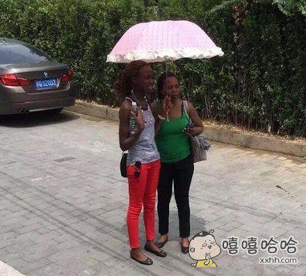 伦家就想知道,你们打伞的意义何在?