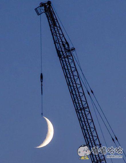 一位网友似乎拍到了一张不得了的照片了呢,好像把月亮给钓到手了,真是美呆了!