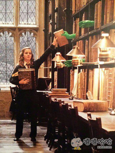 一张哈利波特电影当时的拍摄图,书飞下来的魔法效果。。。。是用绿手套递过来的,有点萌