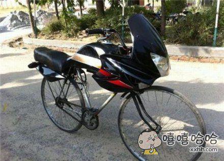摩托车和自行车的孩子