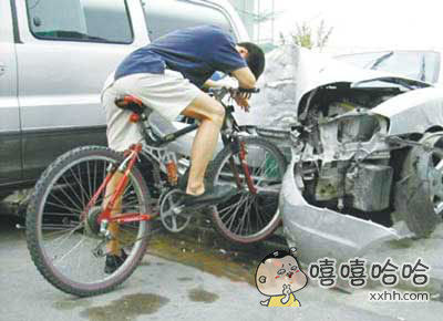 小伙子骑自行车生猛,把汽车撞个希烂。