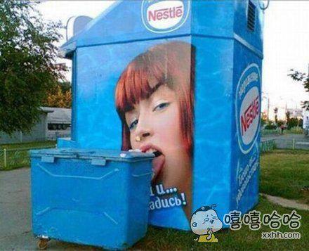 这个女人到底有多馋,连垃圾桶也不放过。