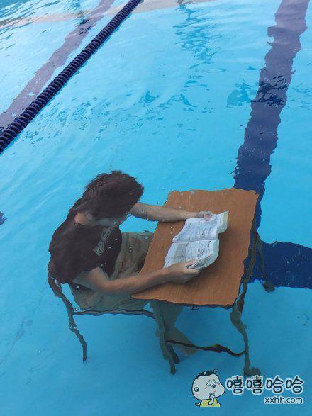 岛国仙台一高游泳部的一位高三学长,想到了在炎炎夏日既学习、又练功的好办法……一看就很凉爽呢,这样学习不输葛优瘫