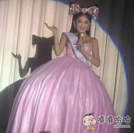 朋友去泰国旅游,看表演的时候,发现台上的人妖好漂亮!之后把照片传给我看,哈哈,这难道真的不是谢娜失散多年的姐妹吗?