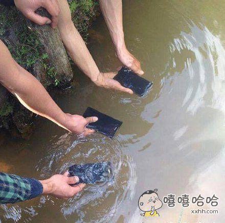 据说手机放到水里照样有信号,于是就有人想试一试,结果。。。。。