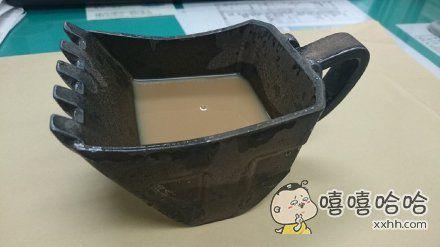 岛国最新推出的挖掘机咖啡杯,一种喝泥汤子的快感。。。