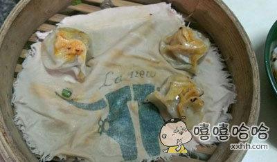 网友点了一笼蒸饺,快吃完的时候才发现底下垫的是一块擦鞋布。。