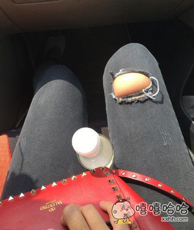 出门工作走的比较急随便翻出来一条很久没穿的裤子,左提右提连塞带拽急匆匆出门了。。。。现在坐在车上。。。这坨凸出来的肉有一丝尴尬。。。