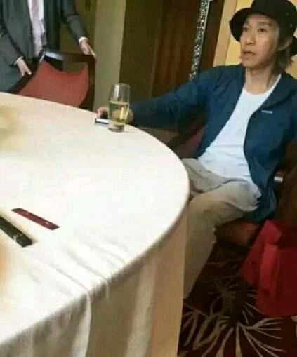 跟朋友一起吃饭,他说认识好多香港的嫩模女星,这么爱吹牛,以后不跟他吃饭了。