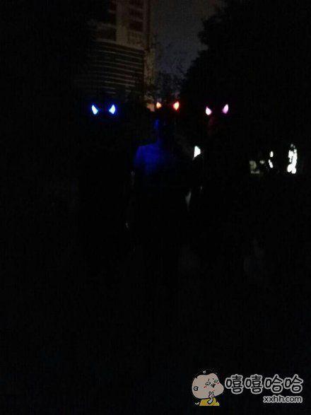 和别人一起看演唱会,买了恶魔角想拍张照片,结果拍出来成了奥特曼合影